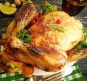 Całego pieczonego kurczaka rozmarynowy tradycyjny oszklony przygotowany, smakowity gotujący na drewnianym tle zdjęcie royalty free