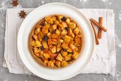 Całego weganinu jabłczany kulebiak z cynamonem, rodzynkami i karmelem, szary b obraz royalty free