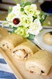 Całej banatki chleb ono ślizgał się w drewnianym talerzu na stole Fotografia Stock