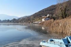 Całkowicie marznący - całkowity jezioro Jeziorny Endine, Bergamo, Włochy - Zdjęcie Stock