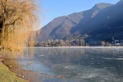 Całkowicie marznący - całkowity jezioro Jeziorny Endine, Bergamo, Włochy - Zdjęcie Royalty Free