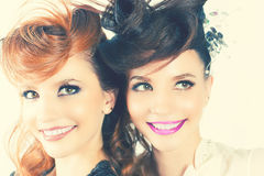 Całkowicie Wspaniałe bliźniak dziewczyny z mody fryzurą i makijażem zdjęcie stock