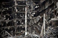 Całkowicie zniszczony duży betonowego budynku miasta zawalenie się prawie zdjęcie royalty free