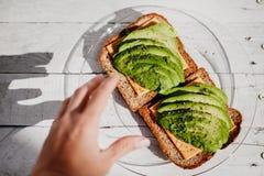 Całość adra grzanek z avocado, serem i ziele, Pożytecznie wyśmienicie śniadanie zdjęcia stock