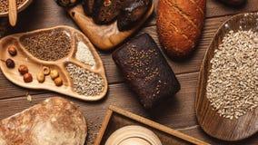 Całość adry, cały bochenek i pokrajać kawałki multigrain chleb, zawieramy całe adra makowe zbiory wideo