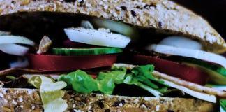 Całość adry kanapki z baleronem, pomidorem, pieczarkami i jajkiem świeżymi, Zdjęcia Royalty Free