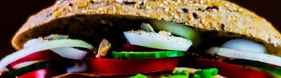 Całość adry kanapki z baleronem, pomidorem, pieczarkami i jajkiem świeżymi, Zdjęcie Royalty Free
