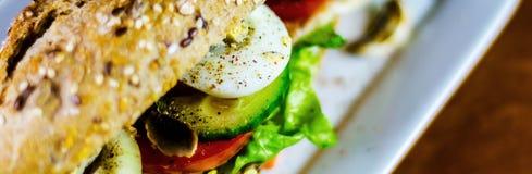 Całość adry kanapki z baleronem, pomidorem, pieczarkami i jajkiem świeżymi, Fotografia Stock