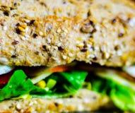 Całość adry kanapki z baleronem, pomidorem, pieczarkami i jajkiem świeżymi, Fotografia Royalty Free