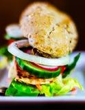 Całość adry kanapki z baleronem, pomidorem, pieczarkami i jajkiem świeżymi, Obraz Stock
