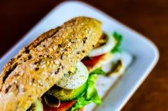 Całość adry kanapki z baleronem, pomidorem, pieczarkami i jajkiem świeżymi, Zdjęcie Stock