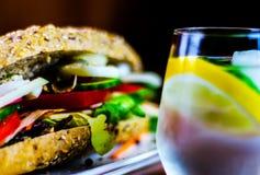 Całość adry kanapki z baleronem, pomidorem, pieczarkami i jajkiem świeżymi, Obrazy Royalty Free