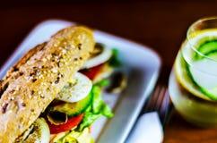 Całość adry kanapki z baleronem, pomidorem, pieczarkami i jajkiem świeżymi, Obrazy Stock