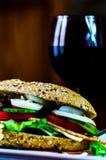 Całość adry kanapki z baleronem, pomidorem, pieczarkami i jajkiem świeżymi, Zdjęcia Stock