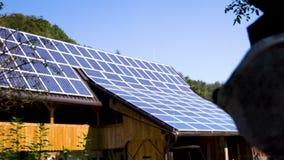 Całość dach zakrywa z panel słoneczny zbiory