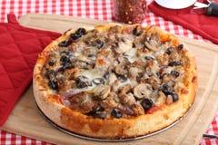 Całość Głębokiej naczynie pizzy obrazy royalty free