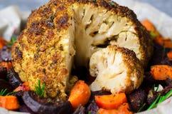 Całość Piec kalafioru z warzywami, Zdrowy weganinu gość restauracji zdjęcia royalty free