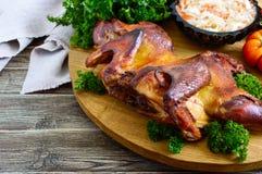 Całość piec spłaszczonego kurczaka z złotą crispy skorupą z świeżymi warzywami, ziele i kapuścianą sałatką na drewnianej tacy, obraz royalty free