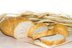 Całość zbożowego chleba i ucho banatka Zdjęcia Stock