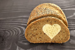 Całość zbożowego chleba z białego chleba sercem Fotografia Stock