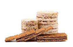 Całość zbożowego chrupiącego chleba i chuchający ryż przekąszamy. Obrazy Royalty Free