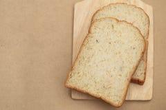 Całość zbożowych chlebów na drewna półkowym i brown tekstury tle Zdjęcia Royalty Free