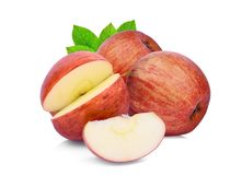 Całości i plasterka czerwony galowy jabłko z zielonym liściem odizolowywającym na whie Obraz Royalty Free