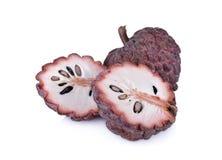 Całości i połówki custard jabłka rżnięta dojrzała czerwona skóra na białym backgr Fotografia Royalty Free