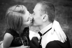Całować i uśmiechnięta para zdjęcia stock