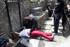Całowania Blarney kamień przy Blarney kasztelem Irlandia zdjęcia stock