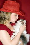 całowanie kobiety kota gospodarstwa Zdjęcia Royalty Free