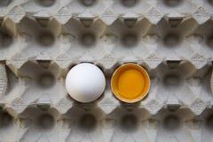 Cały i łamany jajko na tacy, odgórny widok Od above Zdjęcia Royalty Free