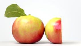 Cały jabłko i przyrodni wirować na bielu zbiory