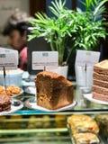 Cały orzech włoski i Marchwiany tort przy kawiarnia sklepu gablotą wystawową zdjęcie stock