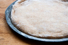 Cały pszeniczny pizzy ciasta wydźwignięcie w niecce Fotografia Stock
