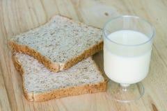 Całej banatki mleko i chleb zdjęcia stock