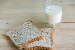 Całej banatki mleko i chleb Obrazy Stock