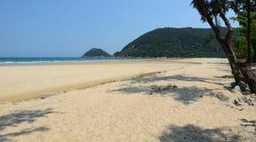 Ca het strand van Na met bergachtergrond Stock Foto