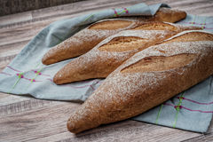 cała jpg chlebowa banatka wholegrain bochenek chleb na tablecloth Fotografia Stock