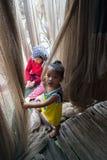 Ca Mau,越南- 2016年12月6日:与使用在她的母亲修补工作掩网附近的女儿的Fisher家庭在Ngoc Hien, Ca Mau二 库存照片