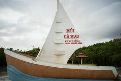 Ca Mau,越南- 2016年12月6日:与小船型纪念碑的里程碑最南端的点与在的风帆面海的领土要求 库存图片