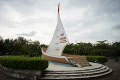 Ca Mau,越南- 2016年12月6日:与小船型纪念碑的里程碑最南端的点与在的风帆面海的领土要求 免版税库存照片