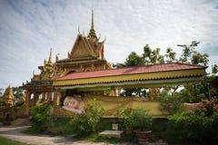 Ca Mau,越南- 2016年12月6日:在高棉Monivongsa Bopharam塔的大说谎的菩萨雕象在Ca Mau市,南越 库存图片