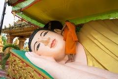 Ca Mau,越南- 2016年12月6日:洗涤说谎的菩萨雕象的新手在高棉Monivongsa Bopharam塔在Ca Mau市,南Vietn 免版税库存照片