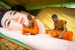 Ca Mau,越南- 2016年12月6日:洗涤说谎的菩萨雕象的新手在高棉Monivongsa Bopharam塔在Ca Mau市,南Vietn 库存照片