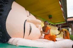 Ca Mau,越南- 2016年12月6日:洗涤说谎的菩萨雕象的新手在高棉Monivongsa Bopharam塔在Ca Mau市,南Vietn 免版税库存图片