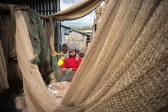 Ca Mau,越南- 2016年12月6日:越南妇女修补工作掩网在Ngoc Hien, Ca Mau区,越南 免版税图库摄影