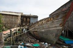 Ca Mau Vietnam - December 6, 2016: Gammalt åldrigt träskepp i Ngoc Hien, Ca Mau område, Vietnam Arkivbild