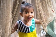Ca Mau Vietnam - December 6, 2016: Stående av lilla flickan som spelar med netto för rollbesättning i Ngoc Hien, Ca Mau område, V Royaltyfri Foto