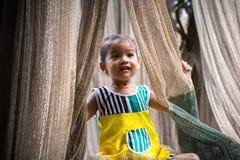 Ca Mau Vietnam - December 6, 2016: Stående av lilla flickan som spelar med netto för rollbesättning i Ngoc Hien, Ca Mau område, V Royaltyfri Fotografi